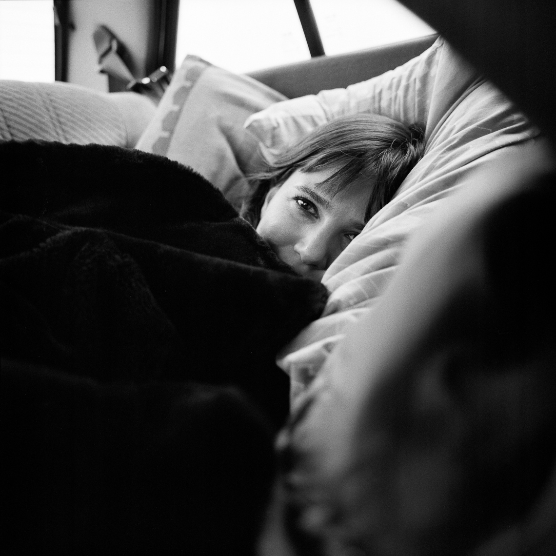 black-white-portrait-woman-bed