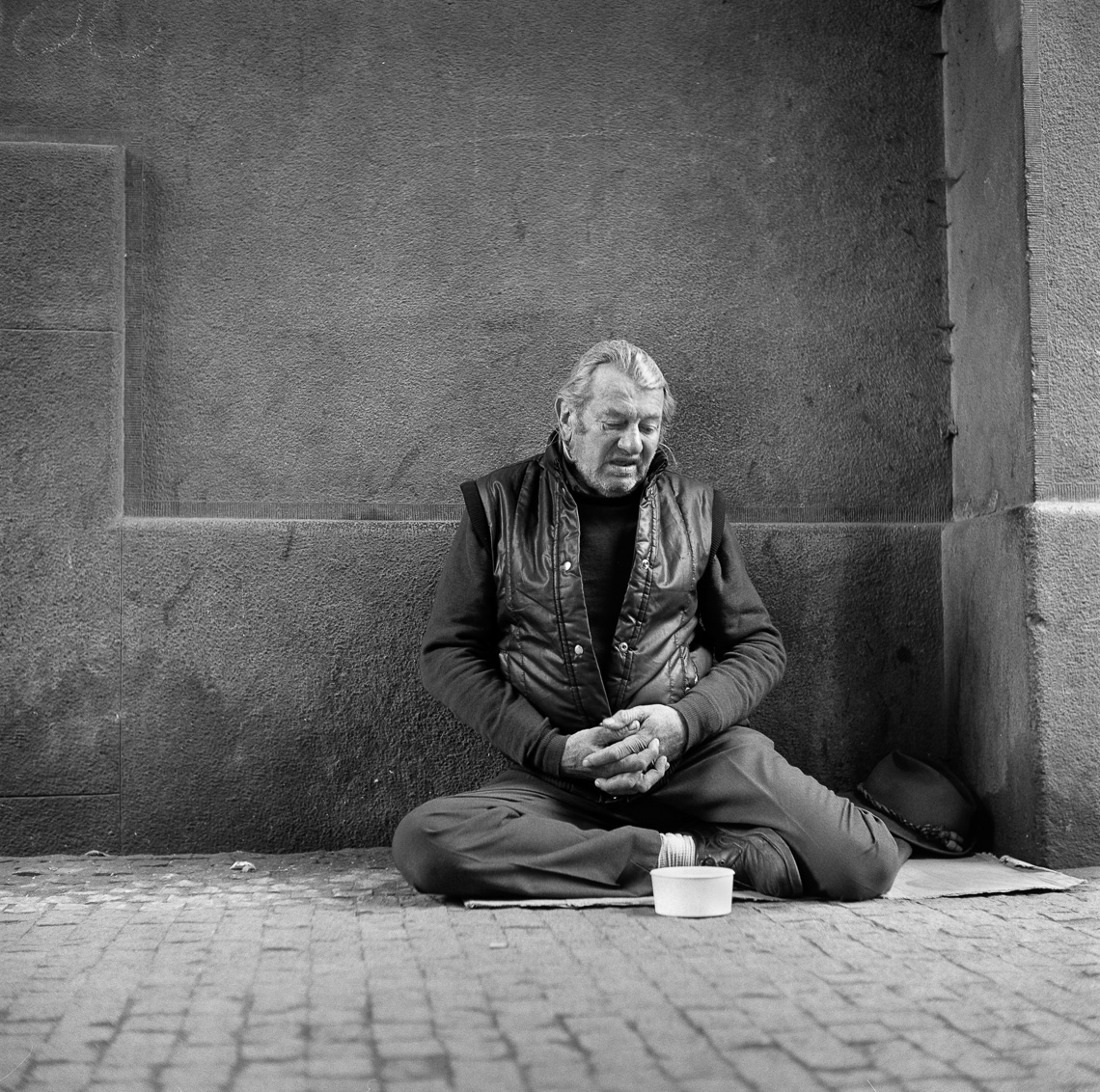 black-white-portraits-beggar-street