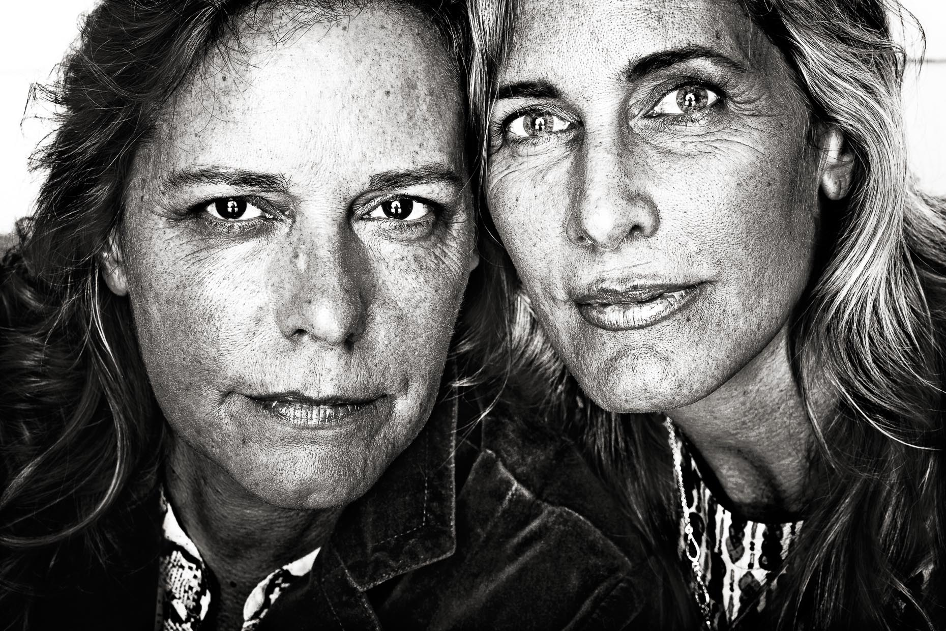 black-white-portraits-women-sisters