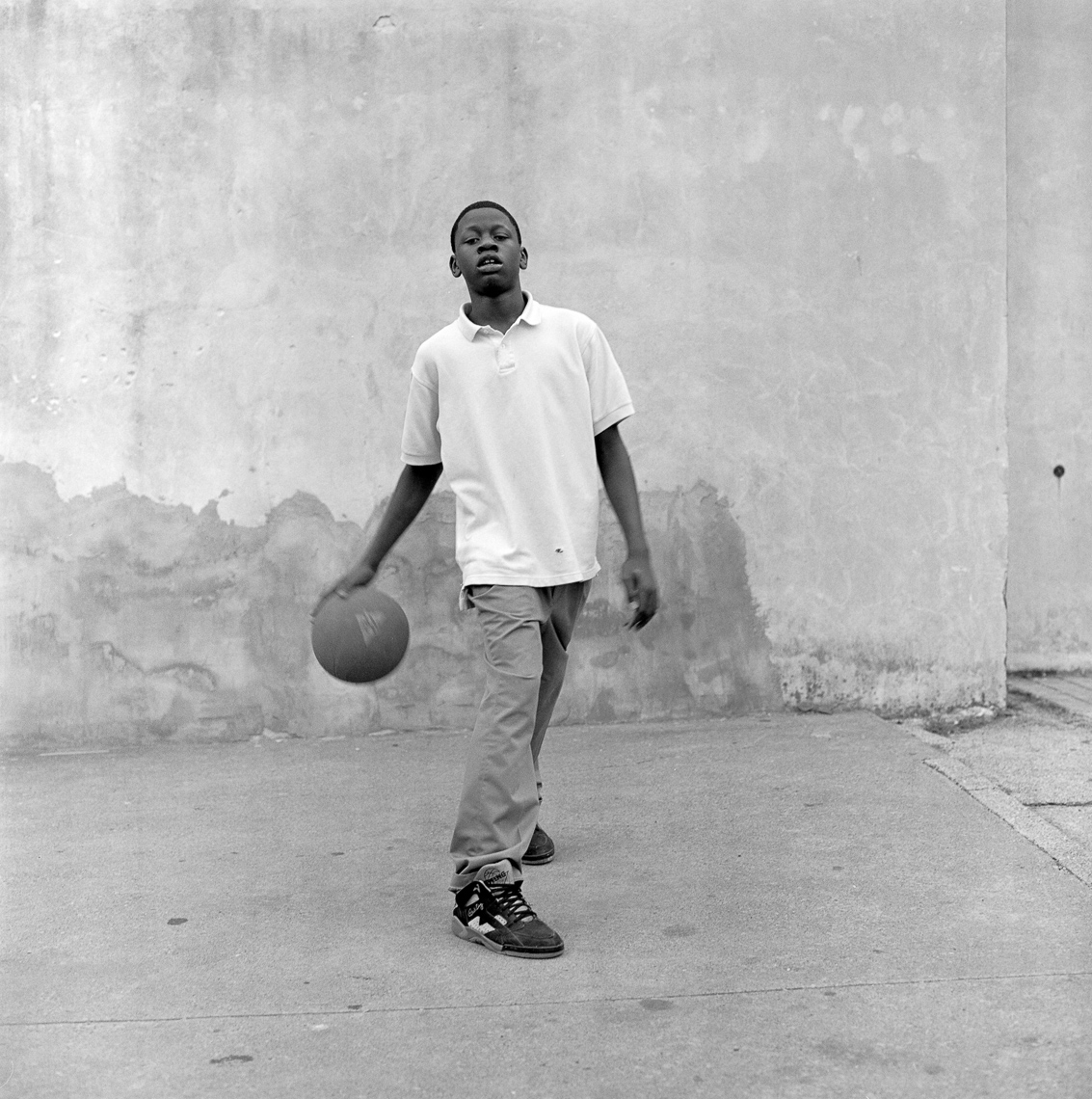 black-white-street-kid-wall-basketball