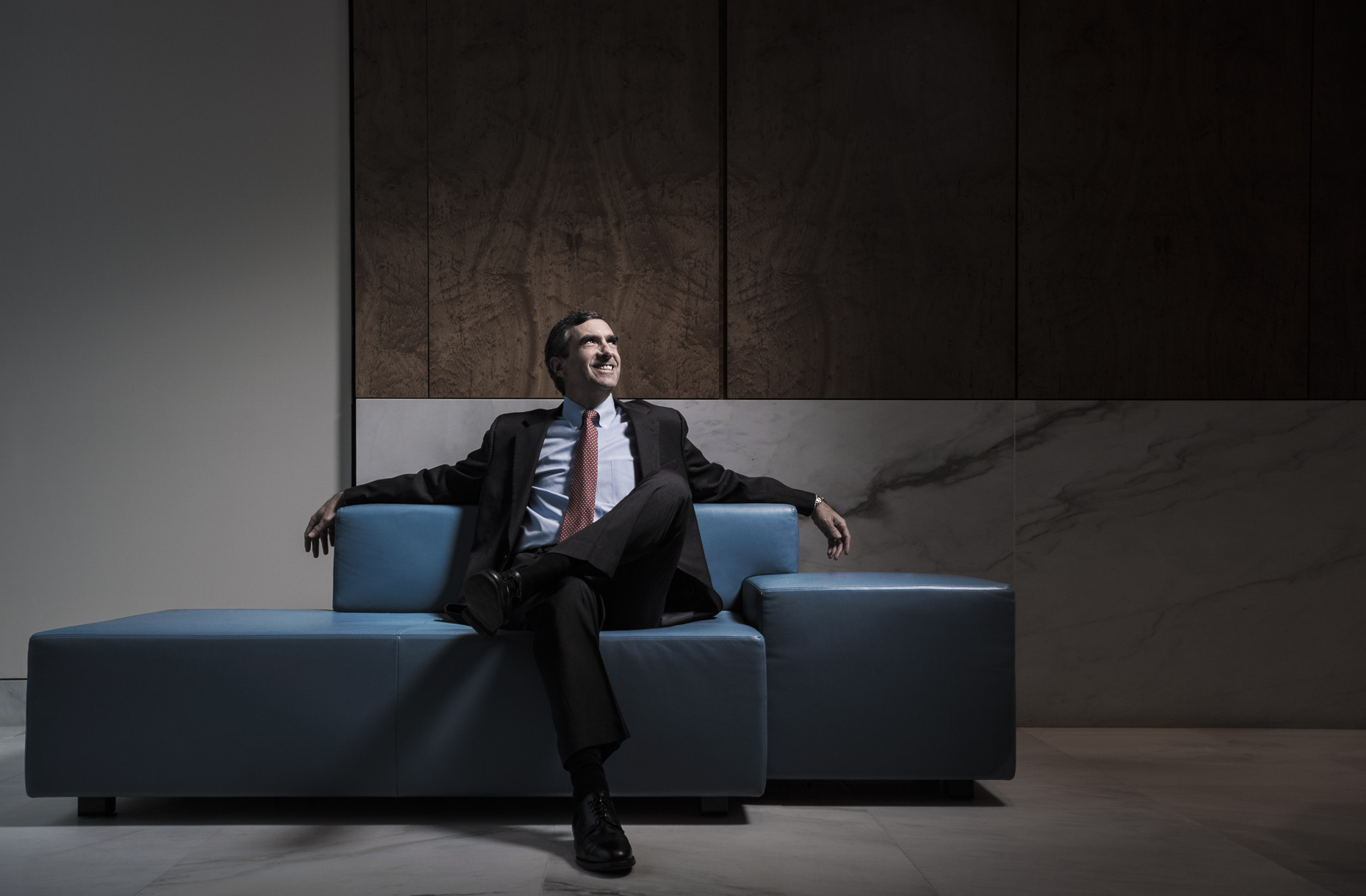 editorial-portraits-corporate-man-couch