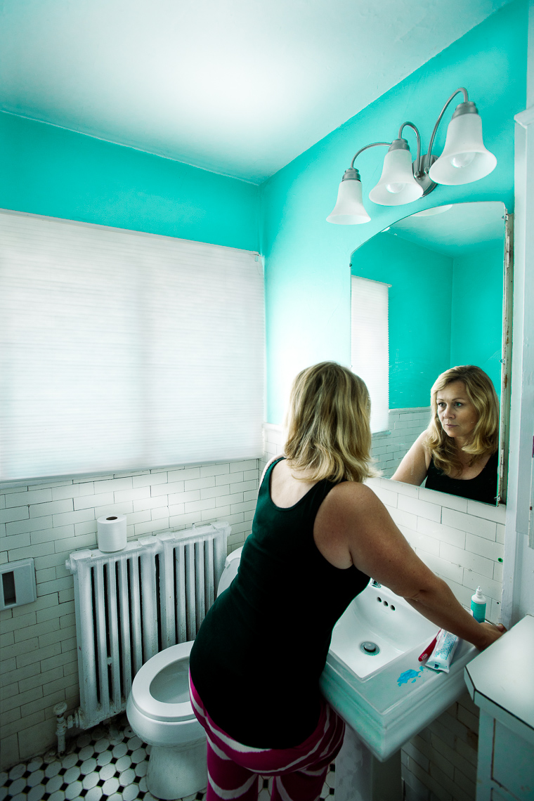 portraits-environmental-housewife-woman-bathroom
