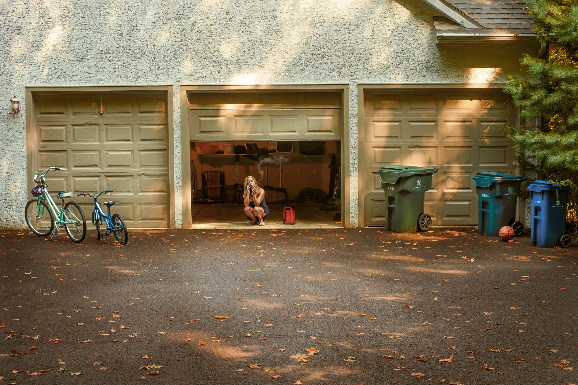 portraits-environmental-housewife-woman-garage