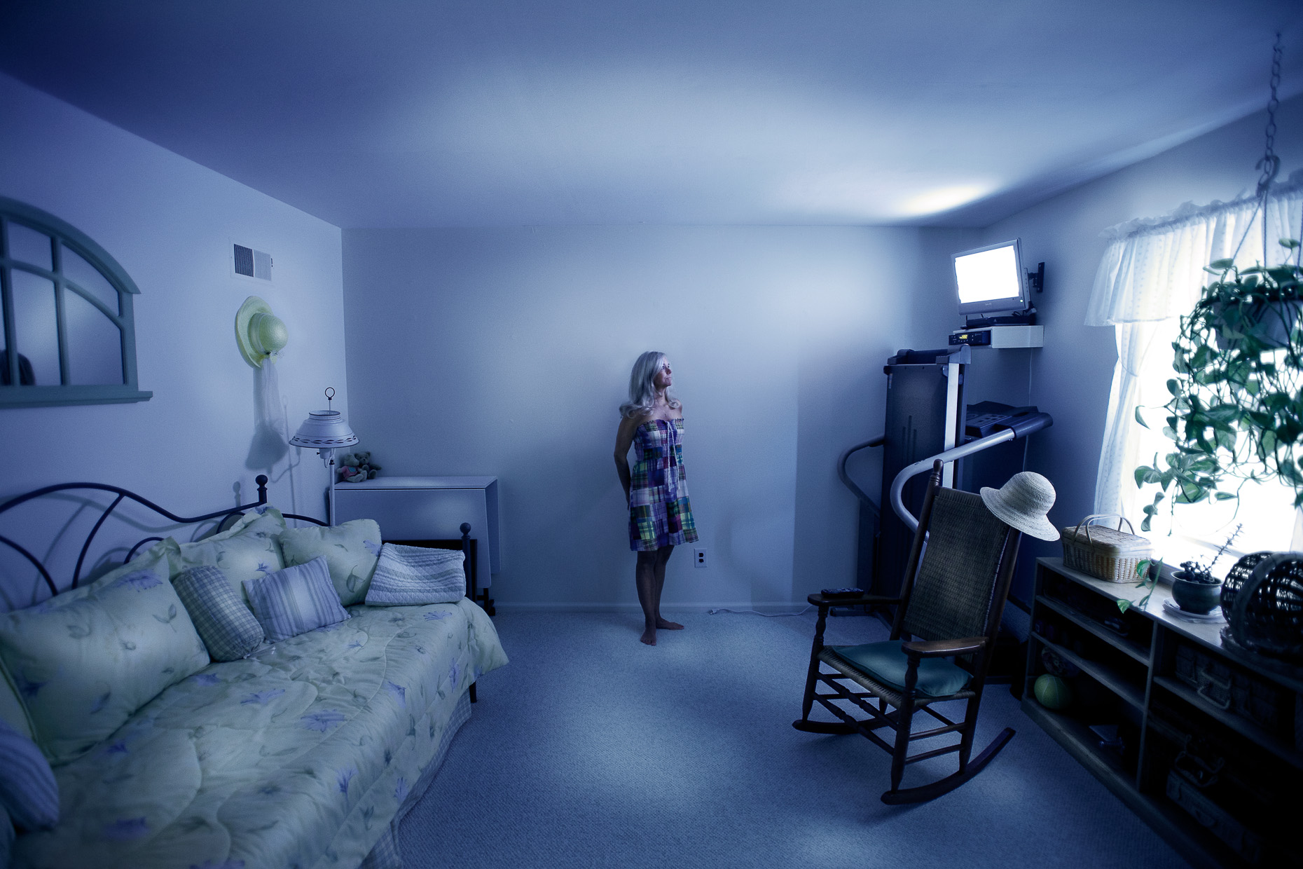 portraits-environmental-housewife-woman-purple-room